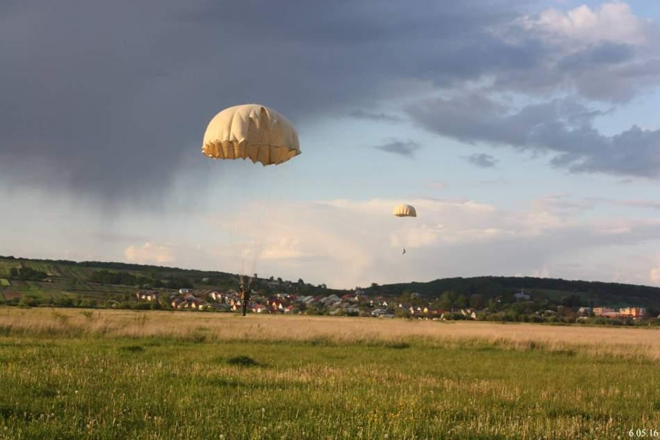 Самостійний стрибок з парашутом у Львові