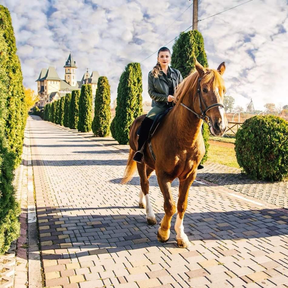 """Катання на конях та оглядова екскурсія по комплексу """"Буковинська Троя"""""""