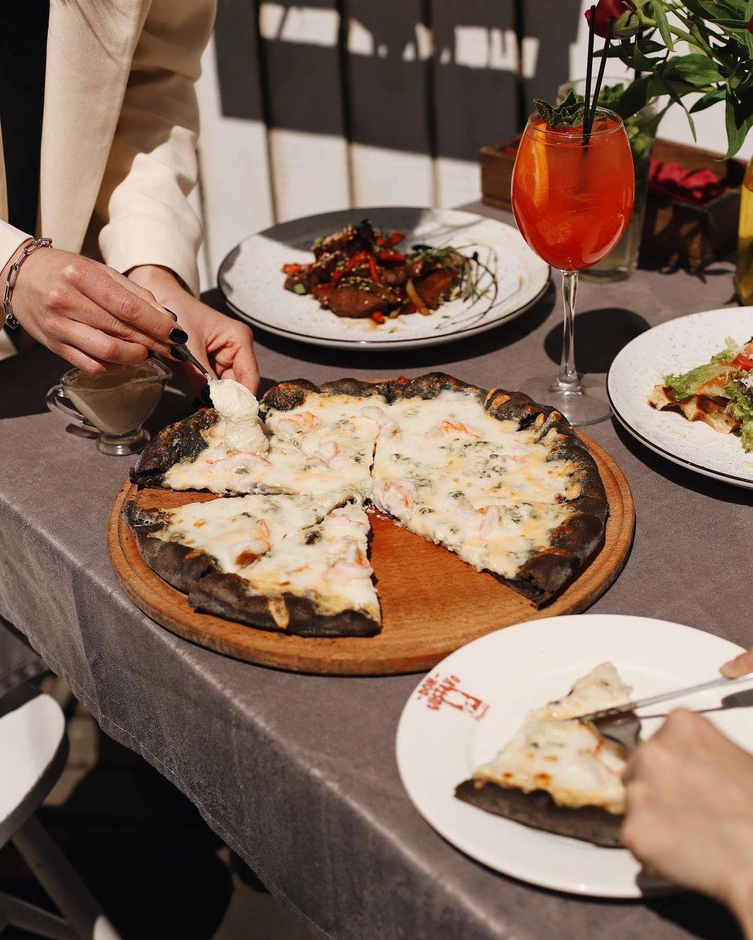 Романтична вечеря в ресторані італійської кухні